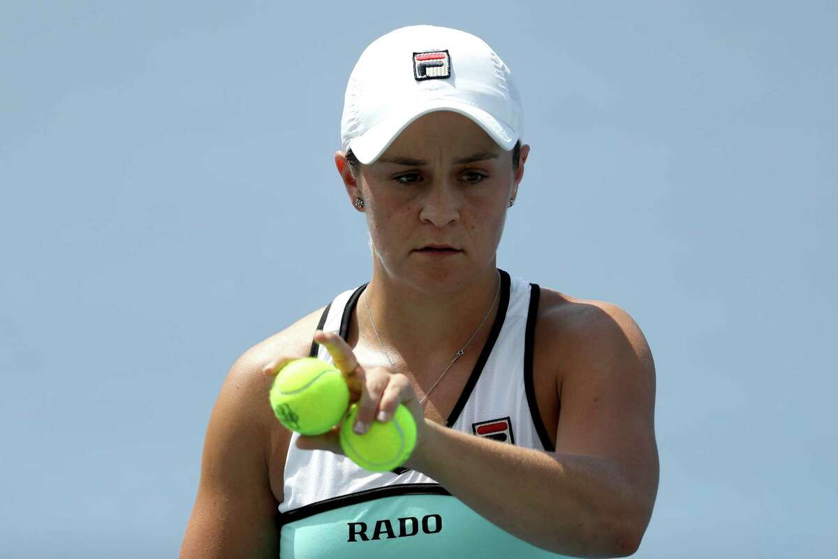 MASON, OHIO - AUGUST 15: Ashleigh Barty of Australia prepares to serve against Anett Kontaveit of Estonia during Day 6 of the Western and Southern Open at Lindner Family Tennis Center on August 15, 2019 in Mason, Ohio. (Photo by Rob Carr/Getty Images)