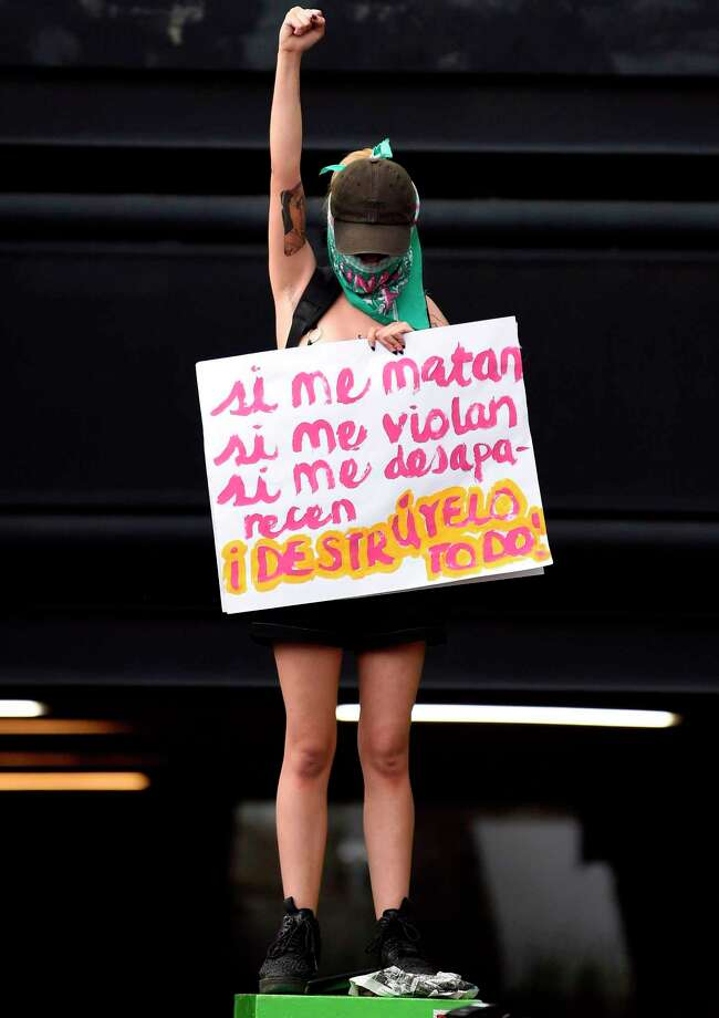 """Una mujer toma parte en una demostración bajo el eslogan """"#NoMeCuidanMeViolan"""" para demandar justicia para dos adolescentes que dicen fueron violadas por oficiales de policía en casos separados. Las mujeres protestaron en contra de la impunidad y la falta de seguridad en frente de la Secretaría de Seguridad Pública en la Ciudad de México el 16 de agosto de 2019. Ningún oficial de policía ha sido detenido en el primer caso. Un policía fue arrestado en el segundo caso. Photo: ALFREDO ESTRELLA /AFP /Getty Images / AFP or licensors"""