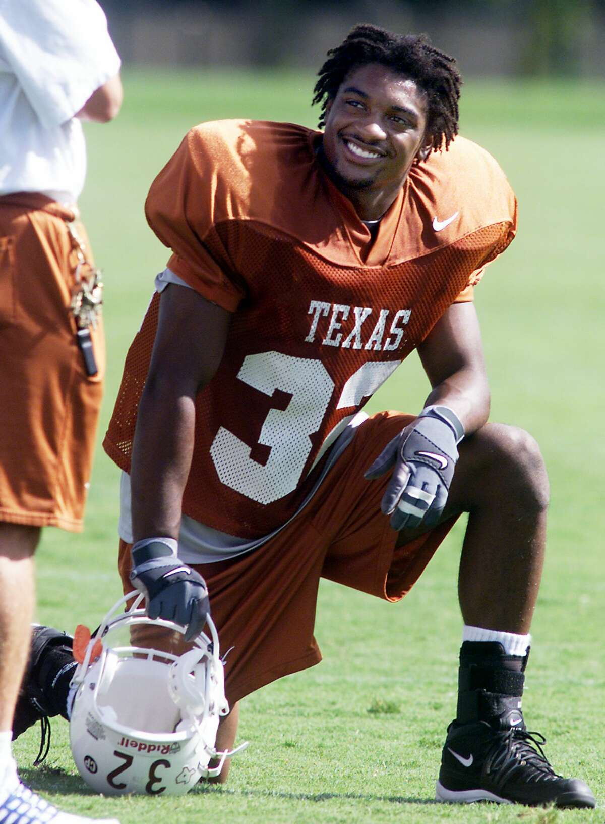 FILE PHOTO:University of Texas running back Cedric Benson takes a break from practice at Denius Field in Austin, Texas, in this Aug. 8, 2001 file photo. Benson, the Big 12 freshman of the year last season, was arrested on misdemeanor drug and alcohol possession charges. (AP Photo/Austin American-Statesman, Brian K. Diggs, file)