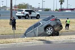 ARCHIVO - Oficiales de policía de Laredo investigan el accidente que dejó a tres vehículos en el canal junto a la avenida San Darío, el domingo 18 de agosto de 2019.