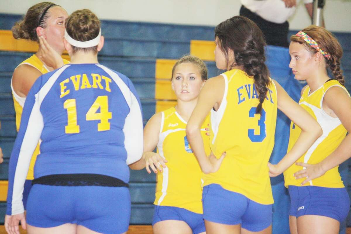 Tabby Turley (center) and her Evart teammates discuss their strategy against Farwell. (Herald Review photo/John Raffel)