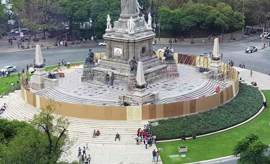 Las autoridades tapian el icónico monumento del Ángel de la Independencia un día después de que manifestantes lo rayaran con grafiti en la Ciudad de México, el sábado 17 de agosto de 2019. Photo: Amy Guthrie /Associated Press / Copyright 2019 The Associated Press. All rights reserved