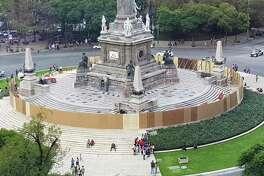 Las autoridades tapian el icónico monumento del Ángel de la Independencia un día después de que manifestantes lo rayaran con grafiti en la Ciudad de México, el sábado 17 de agosto de 2019.