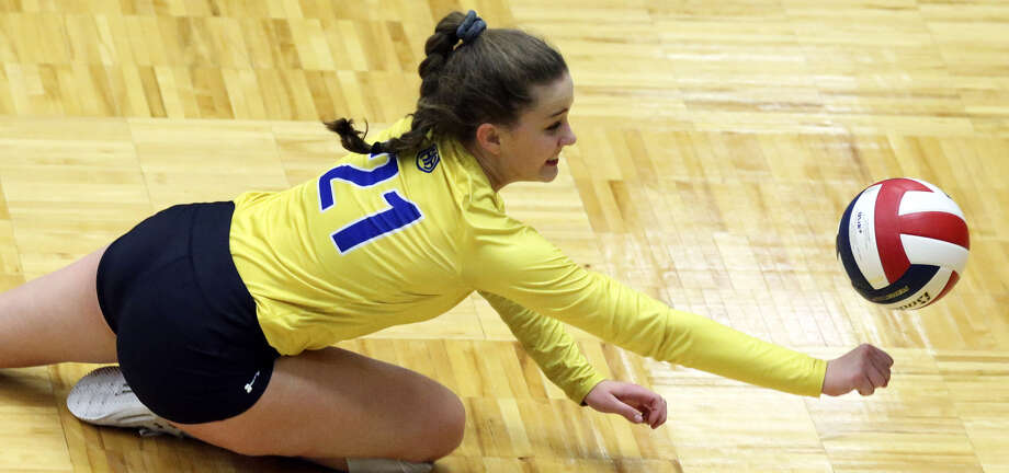 Alamo Heights' Ella Sanders stretches for the ball during the Mules' match vs. Brandeis at Taylor Field House. Photo: Tom Reel