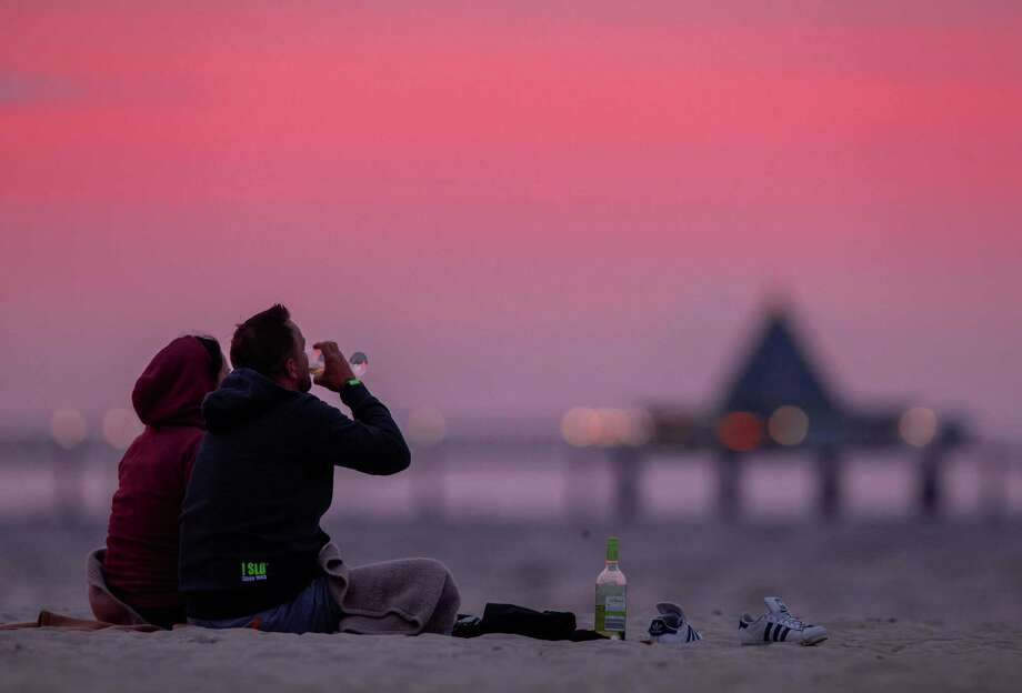 Watching the sunset, drinking a glass of wine — does it get any better? Photo: JENS BUTTNER / Getty Images / DPA
