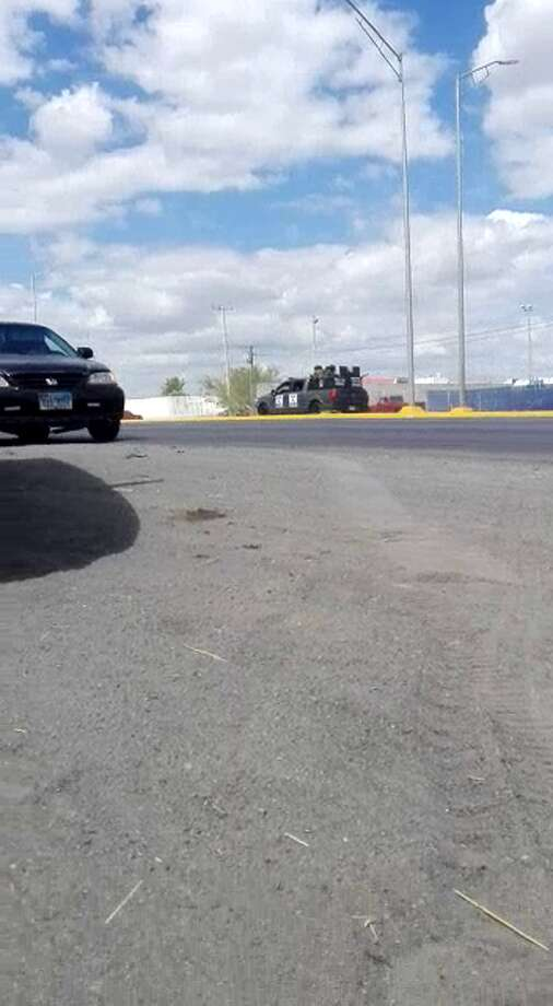 Screenshots taken from a Facebook video that went viral show a gun battle between a suspected criminal group andTamaulipas state police officers in Southwest Nuevo Laredo. Photo: Courtesy