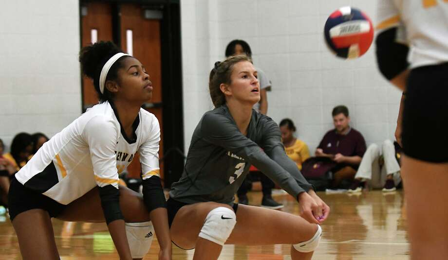 Klein Oak libero Alyssa Waldrip, right, backed up by teammate Emerald Jacobs, makes a play against Goose Creek Memorial during their pool play matchup in the Aldine ISD Volleyball Tournament at the Davis High School 9th Grade Campus in Houston on August 16, 2019. Photo: Jerry Baker, Houston Chronicle / Contributor / Houston Chronicle