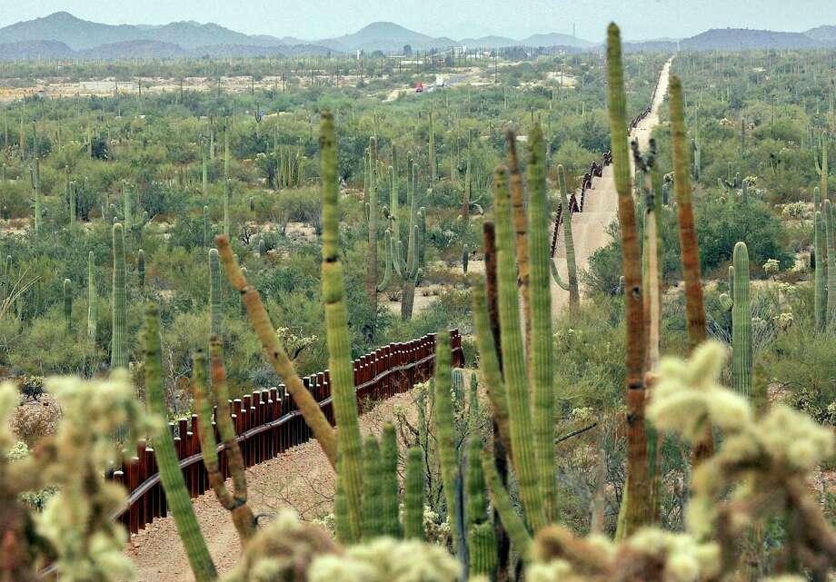 ARCHIVO — Esta foto de archivo del 17 de febrero de 2006 muestra una cerca que separa el Monumento Nacional Organ Pipe Cactus, a la derecha, y Sonyota, México, pasando por Lukeville, Arizona. Photo: Matt York /Associated Press / AP2006