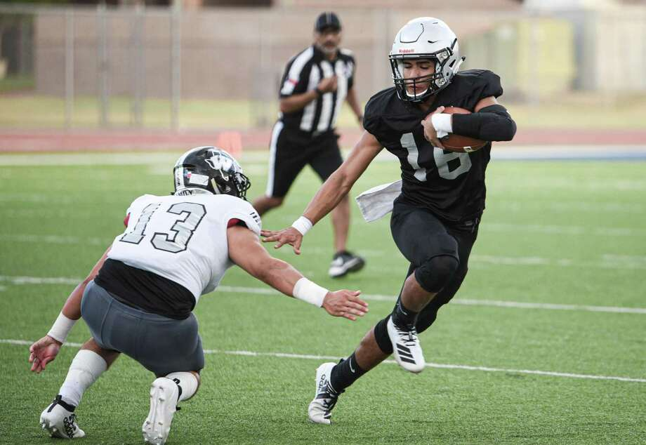 Efrain Hernandez went 21 of 25 for 353 yards with three touchdowns and an interception while rushing for another 48 yards at the SAC against C.C. Winn. Photo: Danny Zaragoza / Laredo Morning Times