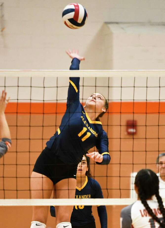 Kayra Guajardo and the Lady Bulldogs swept the Lady Longhorns 2-0 (25-19, 25-20) to win the Lady Longhorn Tournament Saturday. Photo: Danny Zaragoza /Laredo Morning Times / Laredo Morning Times