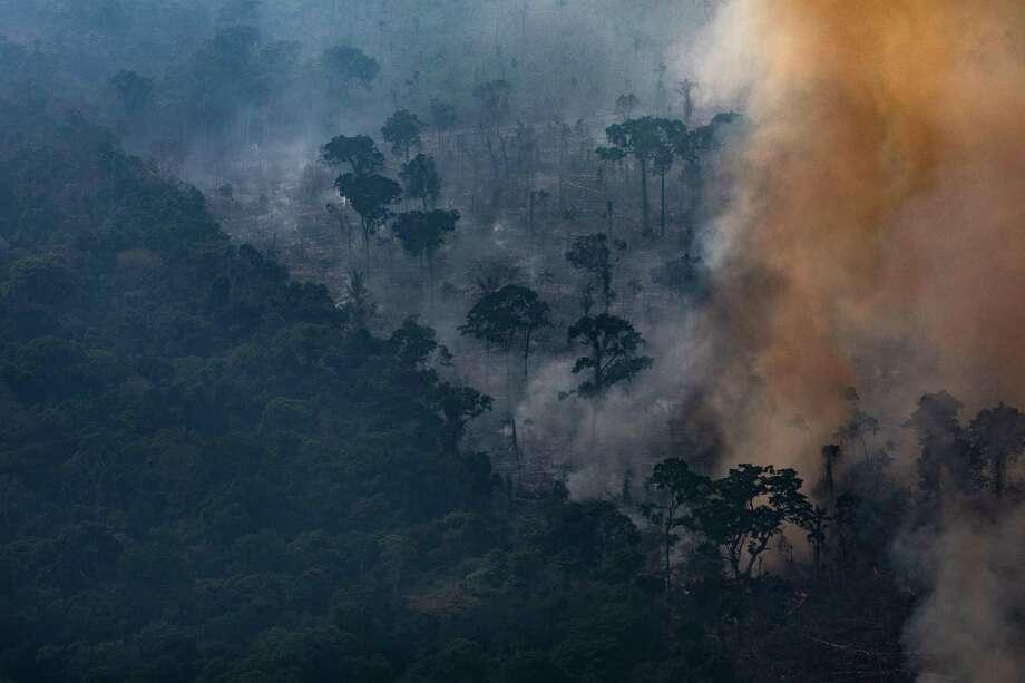 PORTO VELHO, RONDONIA, Brasil— Esta foto aérea del 25 de agosto de 2019 muestra un incendio en una sección de la selva tropical de la Amazonía. De acuerdo a INPE, el Instituto Nacional de Investigación del Espacio de Brasil, el número de incendios detectados por satélite en la región amazónica este mes es el más alto desde 2010. Photo: Victor Moriyama /Getty Images / 2019 Getty Images