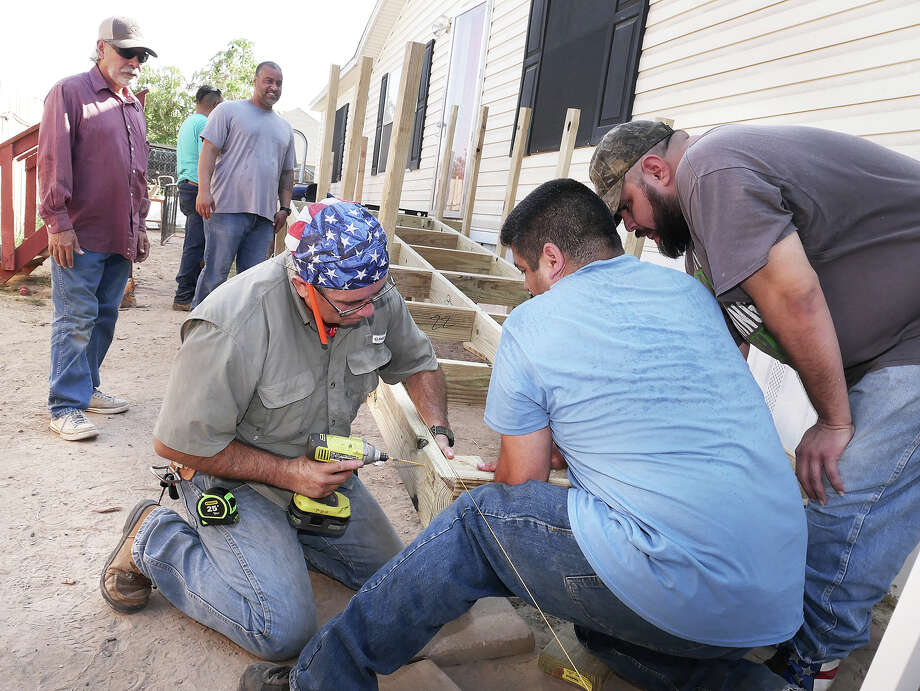 Volunteers, mostly family members, work on a ramp as part of the Texas Ramp Project on the home of Tomas Lugo, Saturday, August 17, 2019. Photo: Cuate Santos/Laredo Morning Times
