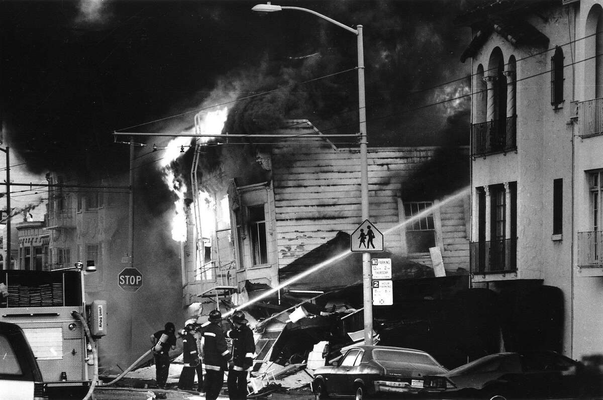 EARTHQUAKE-FIREMAN/17OCT89/VM - FIREMEN HOSE DOWN STRUCTURE FIRES IN THE MARINA DISTRICT THE NIGHT OF THE EARTHQUAKE. PHOTO BY VINCE MAGGIORA