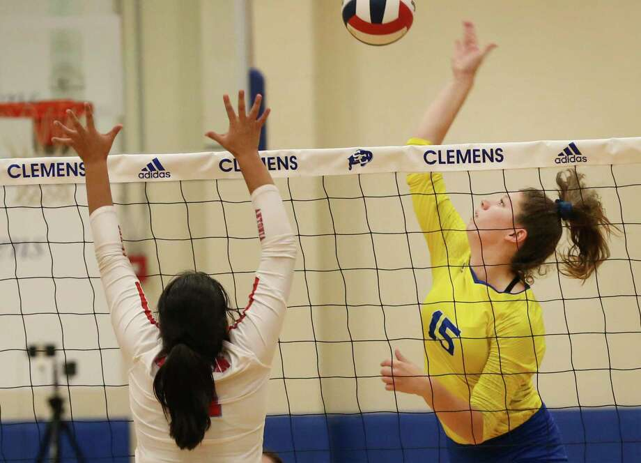 Clemens' Shelby O'Neal (15) attempts a shot against Antonian's Mackenzie Tijerina (11) in girls volleyball at Clemens on Tuesday, Aug. 27, 2019. Clemens defeated Antonian without dropping a game, 3-0. (Kin Man Hui/San Antonio Express-News) Photo: Kin Man Hui / Staff Photographer / ©2019 San Antonio Express-News