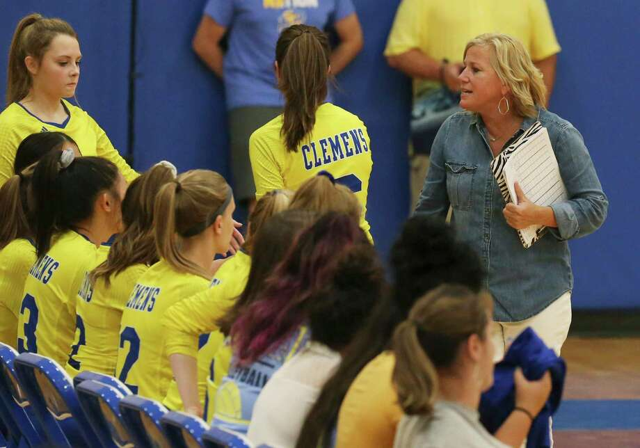 Clemens volleyball coach Robyn Wunderlich (right) talks to her team on the bench during the game against Antonian on Tuesday, Aug. 27, 2019. Clemens defeated Antonian without dropping a game, 3-0. (Kin Man Hui/San Antonio Express-News) Photo: Kin Man Hui, Staff / Staff Photographer / ©2019 San Antonio Express-News