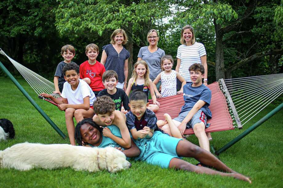 Fresh Air Fund kids and their host families in New Canaan gather for some backyard summer fun. Photo: HP / Fresh Air Fund / New Canaan Advertiser Contributed