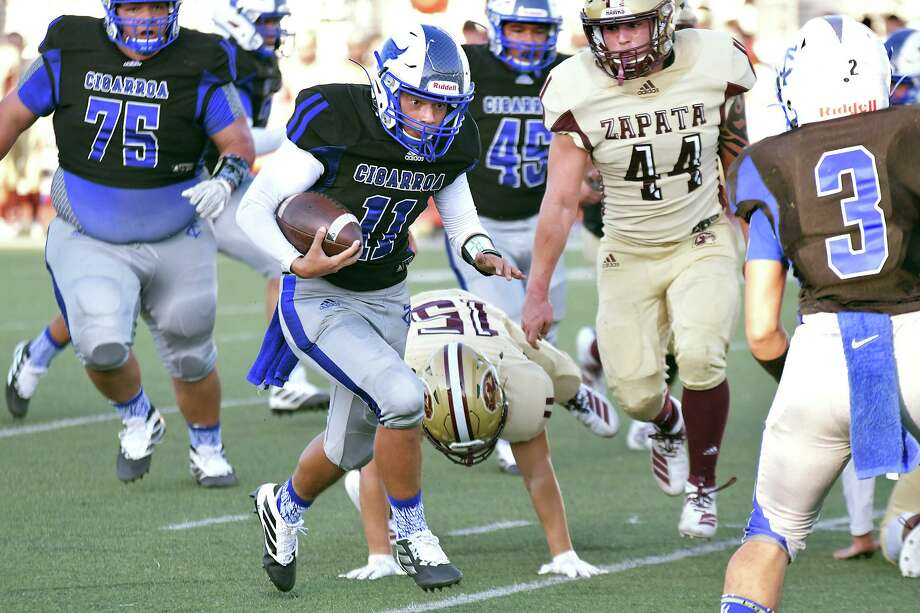 Cigarroa quarterback Hector Solis and the Toros defeated Zapata 20-15 last Thursday. The Blue & White play at 7 p.m. Friday against crosstown opponent Nixon. Photo: Cuate Santos /Laredo Morning Times / Laredo Morning Times