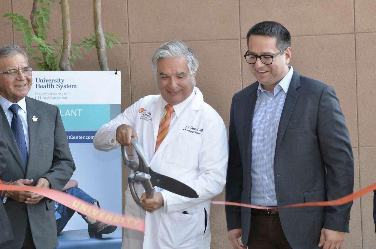 El Dr. Francisco G. Cigarroa corta el listón en la Clínica de Trasplantes de Laredo, el jueves 29 de agosto de 2019.