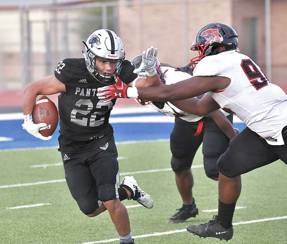 United South running back Brian Benavides completed 4 of 7 passes for 41 yards and also ran for 114 yards and four touchdowns in a 38-26 loss to Harlingen. Photo: Cuate Santos /Laredo Morning Times / Laredo Morning Times
