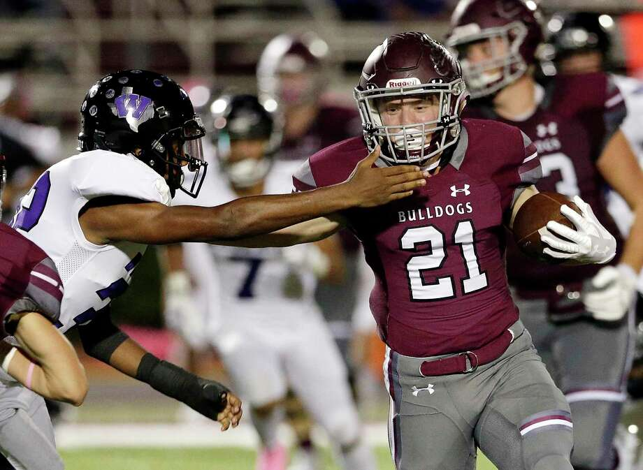 FILE PHOTO — Magnolia running back Mitch Hall (21) rushed for 248 yards and four touchdowns as the Bulldogs beat Barbers Hill on Friday evening. Photo: Michael Wyke, Houston Chronicle / Contributor / © 2018 Houston Chronicle
