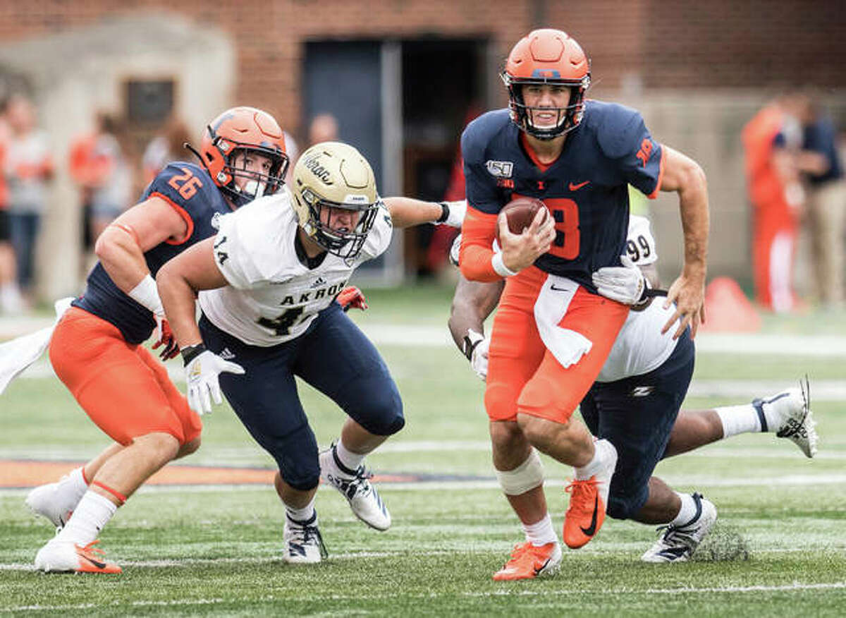 Illinois quarterback Brandon Peters (18) runs the ball in the first half against Akron on Saturday in Champaign. Hart)