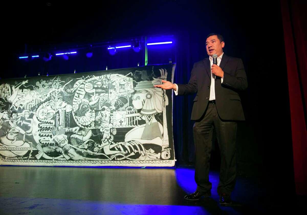 Richard Rodriguez addresses the audience during a meeting at Talento Bilingue de Houston Aug. 21.