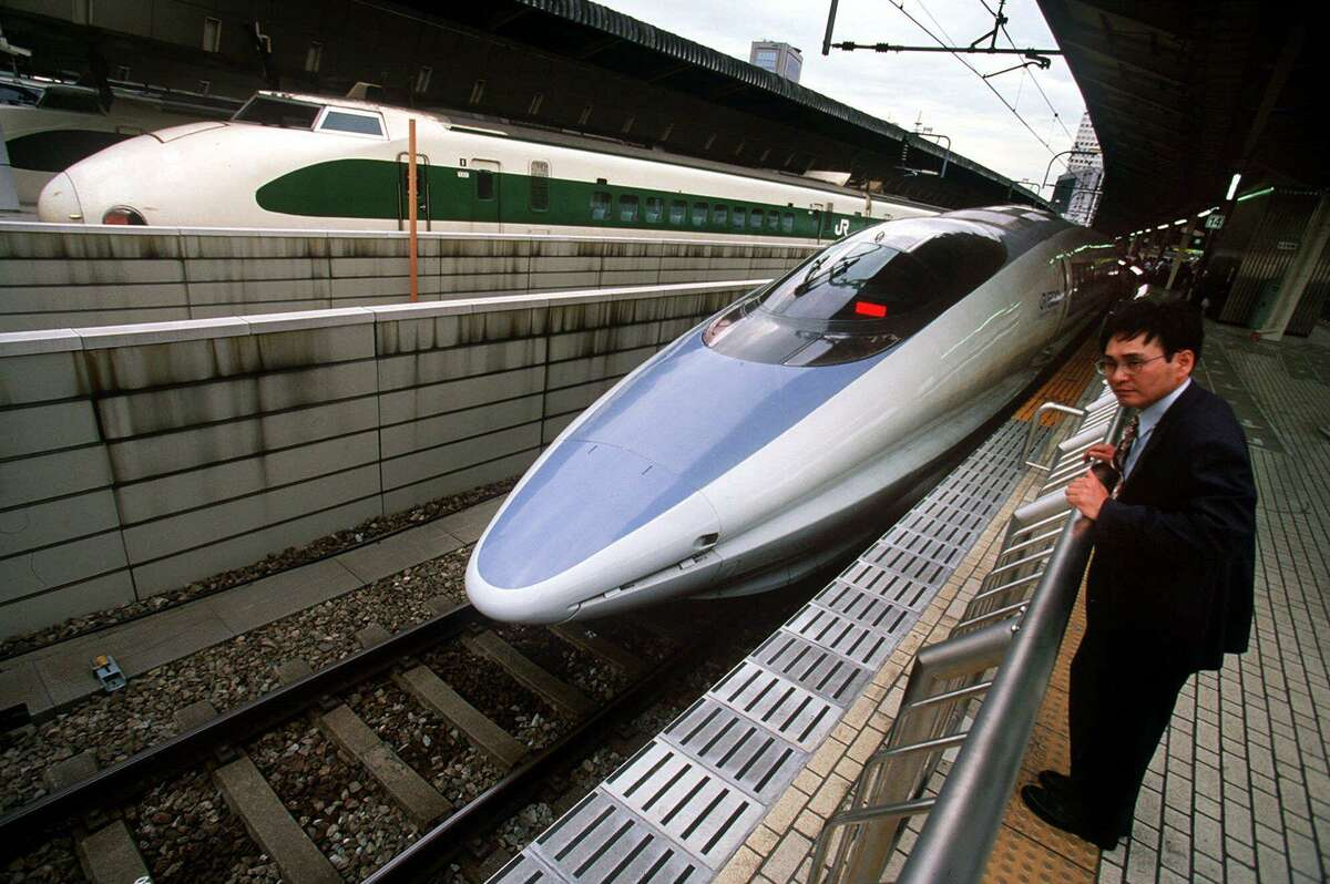 (KRT6) KRT TRAVEL STORY SLUGGED: BULLET KRT PHOTOGRAPH BY BRUCE STRONG/ORANGE COUNTY REGISTER (August 28) A passenger checks out the Nozomi Bullet train which travels between Osaka and Tokyo, Japan. (OC) AP PL KD BL 2000 (Horiz) (lde) (Additional photos available on KRT Direct, KRT/PressLink or upon request) -- NO MAGS, NO SALES --
