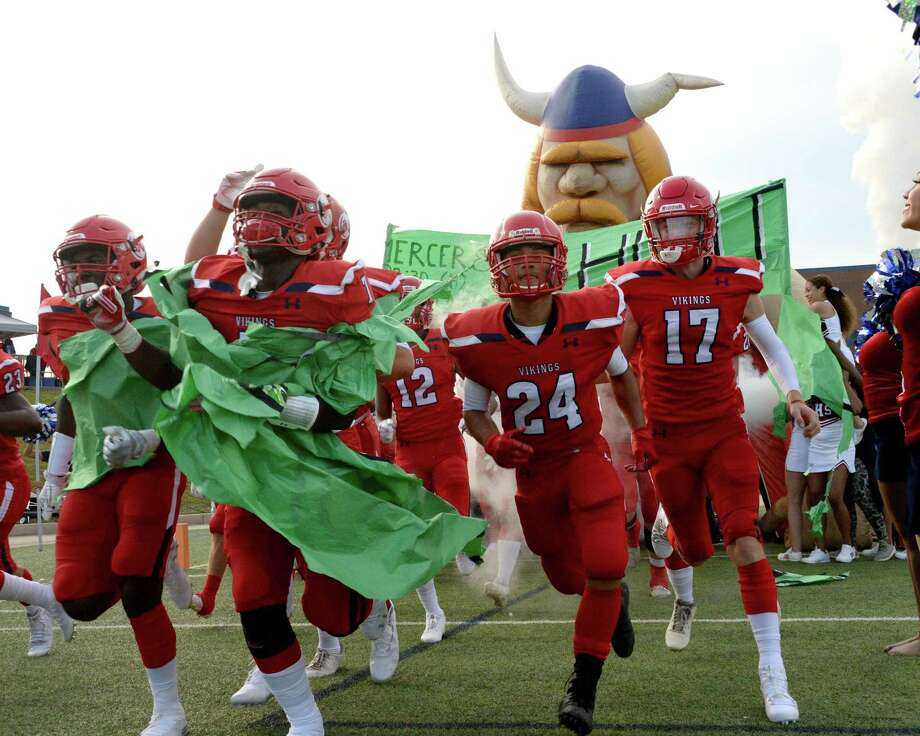 The Dulles Vikings take the field before the start of a high school football game against the Willowridge Eagles on Friday, August 30, at Mercer Stadium, Sugar Land, TX. Photo: Craig Moseley, Houston Chronicle / Staff Photographer / ©2019 Houston Chronicle