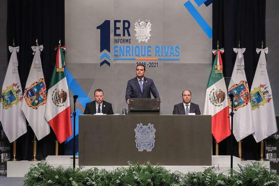 Enrique Rivas Cuéllar se dirige a la audiencia durante el Primer Informe de Gobierno para el ejercicio 2018-2012 en el Centro Cultural de Nuevo Laredo, México, el martes 3 de septiembre. Photo: Foto De Cortesía /Gobierno De Nuevo Laredo