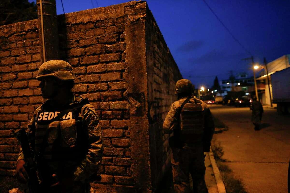 Soldados de la Guardia Nacional bloquean el acceso a una carretera mientras hacen guardia en las oficinas locales del Fiscal General en Coatzacoalcs, Veracruz, México el 30 de agosto de 2019.