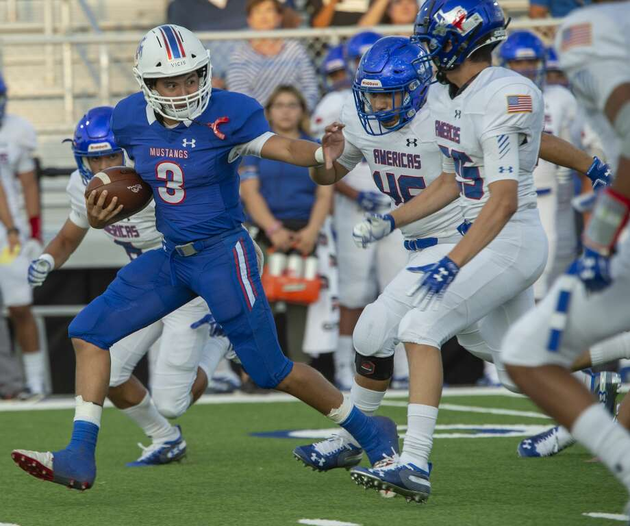 Midland Christian's Ryver Rodriguez tries to get away from El Paso Americas defenders 09/06/19 at Gordon Awtry Stadium. Tim Fischer/Reporter-Telegram Photo: Tim Fischer/Midland Reporter-Telegram