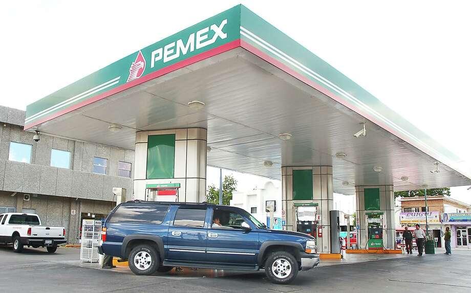 El gobierno de Tamaulipas presentó una queja ante la Procuraduría Federal del Consumidor argumentando que algunas estaciones no estaban vendiendo combustible a la policía estatal y al ejército mexicano. Photo: Ulysses S. Romero /San Antonio Express-News / Laredo Morning Times
