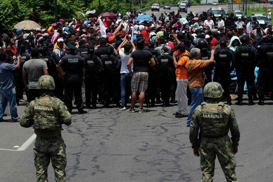 En esta imagen de archivo, tomada el 5 de junio de 2019, las autoridades mexicanas frenan a una caravana de migrantes que había cruzado la frontera desde Guatemala, cerca de Metapa, en el estado de Chiapas, México. México cree haber cumplido su pacto migratorio con EEUU, pero activistas denuncian acoso a unos migrantes cada vez más desesperados. Photo: Marco Ugarte /Associated Press / Copyright 2019 The Associated Press. All rights reserved
