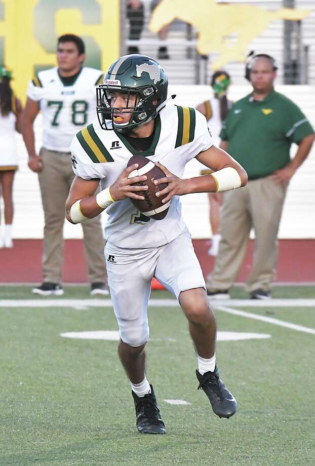Nixon quarterback Austin Garcia completed three of his four passes for 71 yards and a score in a win over Cigarroa Friday. The junior also rushed for 81 yards and two touchdowns. Photo: Cuate Santos / Laredo Morning Times / Laredo Morning Times