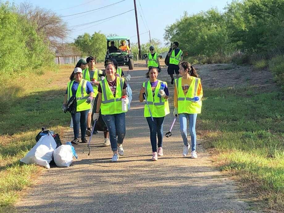 Cerca de 400 voluntarios unieron sus fuerzas y limpiaron el Arroyo Chacón el sábado por la mañana. Photo: Foto De Cortesía /Ciudad De Laredo