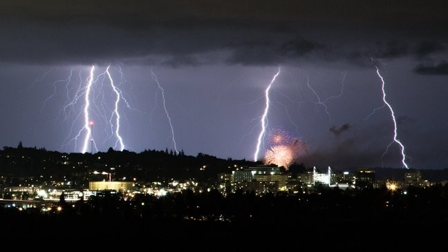 Intense thunderstorms light up Seattle skies, knock out power to thousands