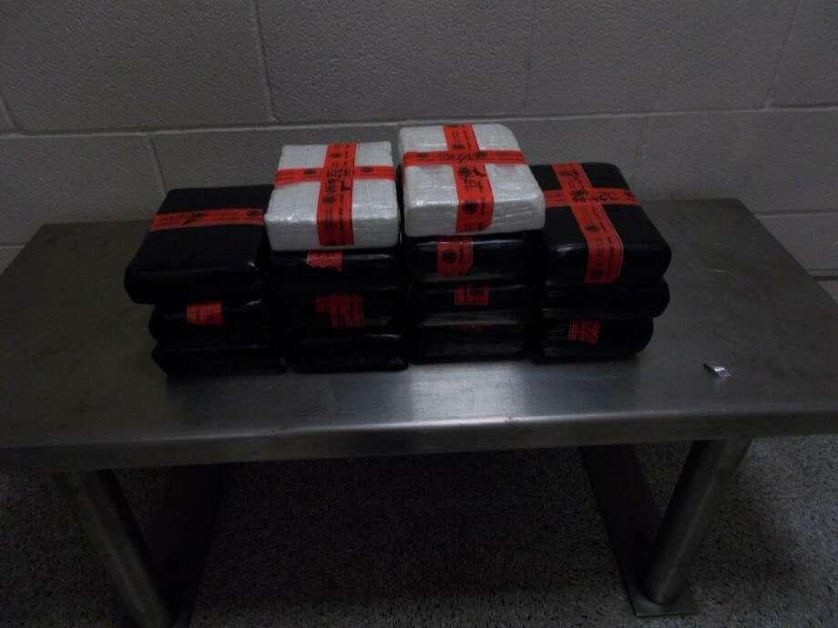 Catore paquetes que supuestamente contenían cocaína fueron decomisados a un mexicano en el Puente Internacional de Comercio Mundial el 3 de septiembre. Photo: Foto De Cortesía /CBP