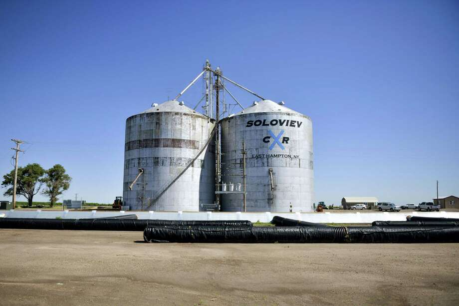 Grain silos that belong to Stefan Soloviev, outside Tribune, Kansas. Photo: Bloomberg Photo By Michael Ciaglo. / 2019 Bloomberg Finance LP