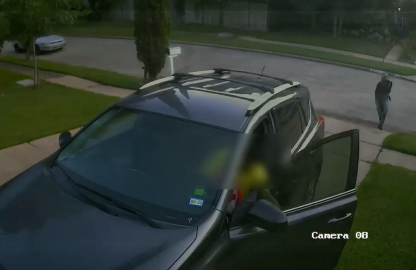 Video: Houston carjacking crew steal vehicle at gunpoint, police searching for suspects