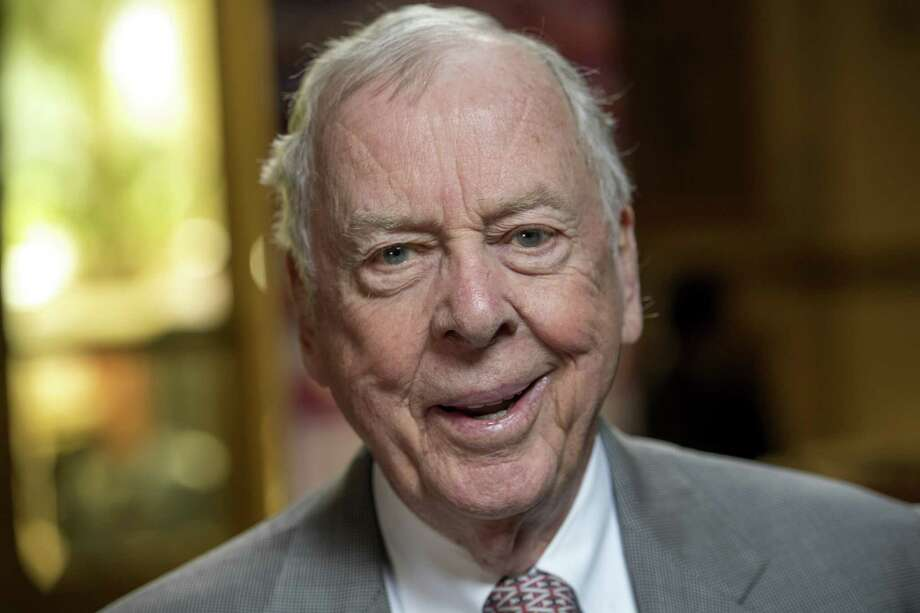 T. Boone Pickens, chairman and chief executive officer at BP Capital, sits for a photograph during a Bloomberg Television interview on May 11, 2016. Photo: Bloomberg Photo By David Paul Morris. / © 2016 Bloomberg Finance LP