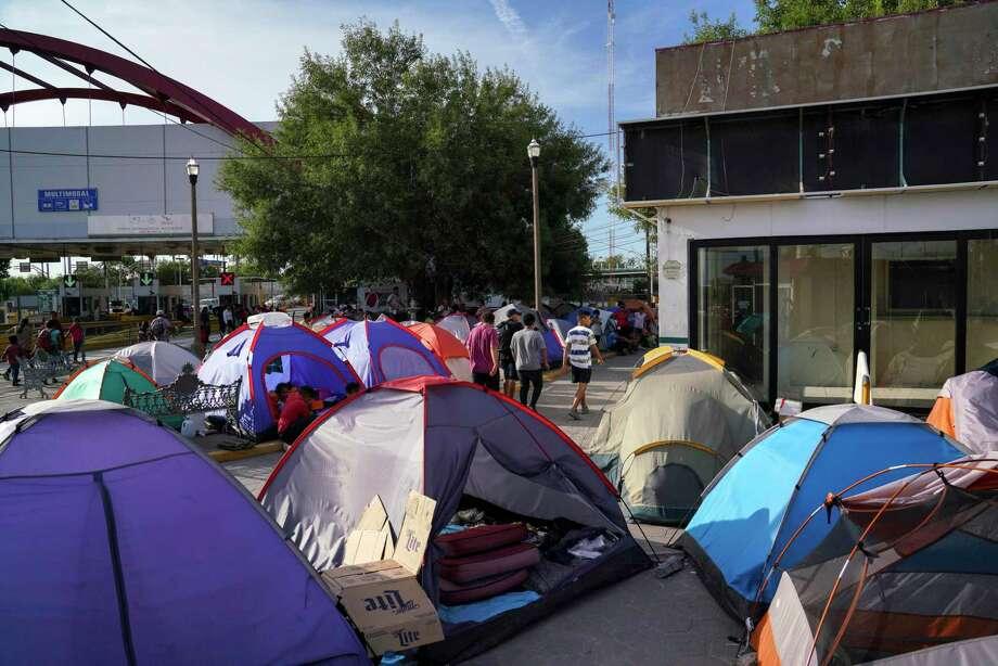 Fotografía del 30 de agosto de 2019 de personas en busca de asilo atravesando un campamento cerca del puente internacional Gateway en Matamoros, México. Photo: Veronica G. Cardenas /Associated Press / Copyright 2019 The Associated Press. All rights reserved.