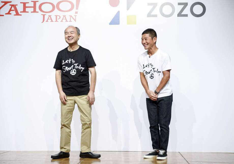 Yusaku Maezawa, founder of Zozo Inc. (right), and Masayoshi Son, chairman and chief executive officer of SoftBank Group Corp., attend a news conference in Tokyo on Sept. 12, 2019. Photo: Bloomberg Photo By Akio Kon. / © 2019 Bloomberg Finance LP