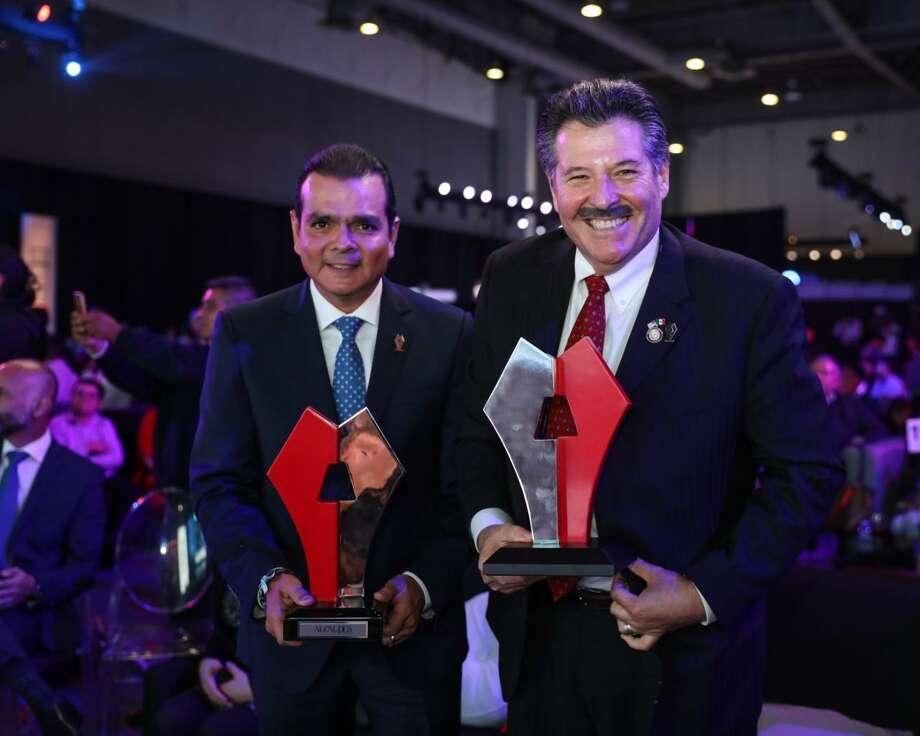 Enrique Rivas Cuéllar y el alcalde de Laredo, Pete Sáenz, recibieron la distinción 'Alcaldes de México' conjuntamente durante una ceremonia en la Ciudad de México. Photo: Foto De Cortesía /Gobierno Municipal De Nuevo Laredo