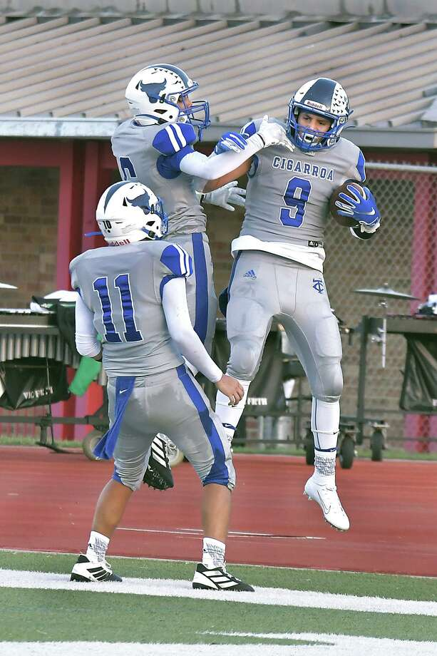 Cigarroa running back Alex Guzman, right, has has run for 148 yards and two touchdowns on 27 carries through the first two games this season. He has also caught 12 passes for 141 yards and two scores. Photo: Cuate Santos /Laredo Morning Times / Laredo Morning Times