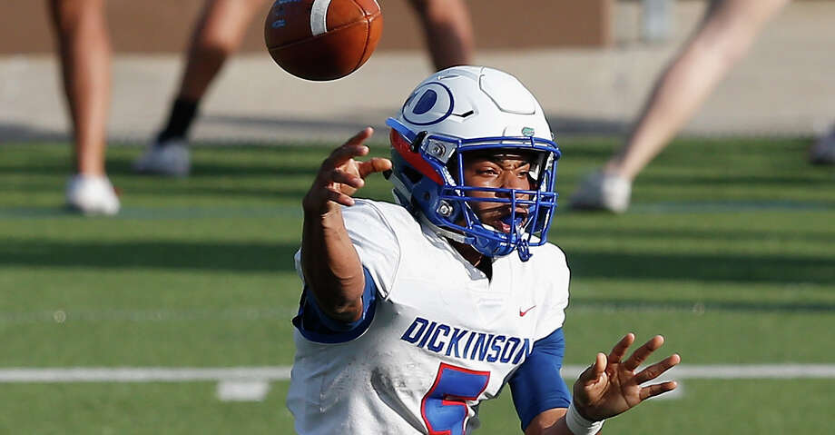 Dickinson Gators Mike Welch (5) throws a pass during the high school football playoff game between the Dickinson Gators and the North Shore Mustangs in Houston, TX on Friday, November 23, 2018.  North Shore defeated Dickinson 65-21. Photo: Tim Warner/Contributor / ©Houston Chronicle
