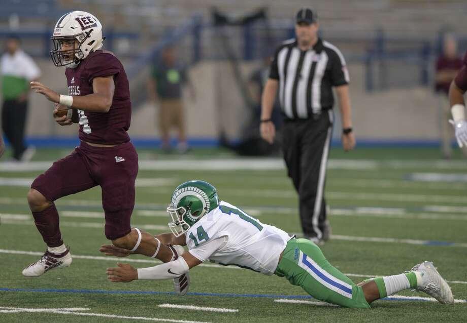 Lee's Mikey Serrano (4) slips through El Paso Montwood's James De la Cruz's (14) tackle attempt Friday, Sept. 13, 2019 at Grande Communications Stadium. Photo: Jacy Lewis/Reporter-Telegram