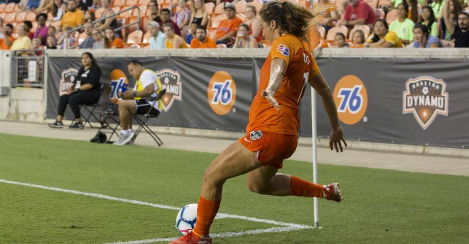 Houston Dash midfielder Sofia Huerta (11) takes a corner kick during the first half of a NWSL game against the Chicago Red Stars at BBVA Stadium on Saturday, July 13, 2019, in Houston. Photo: Yi-Chin Lee/Staff Photographer