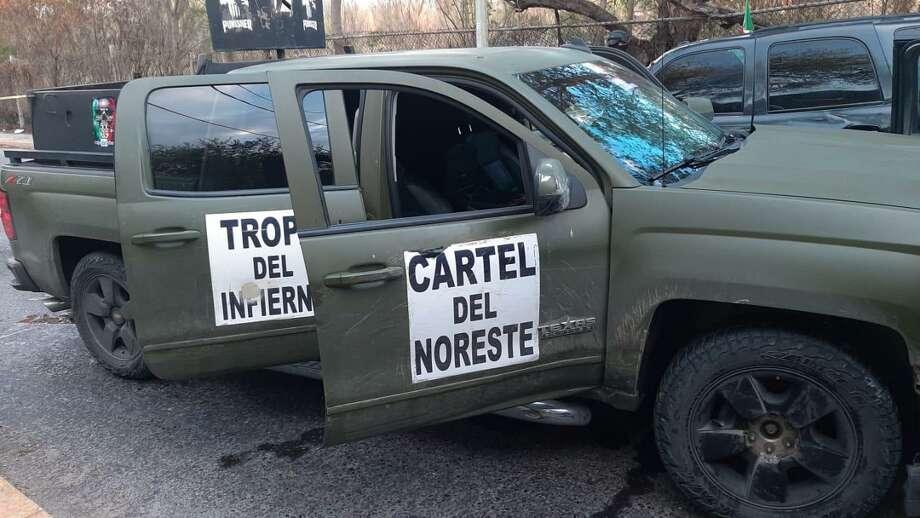 """La policía confiscó las dos camionetas blindadas, armas de fuego, equipo táctico y abrojos, también conocidos como """"ponchallantas"""". Photo: Foto De Cortesía"""