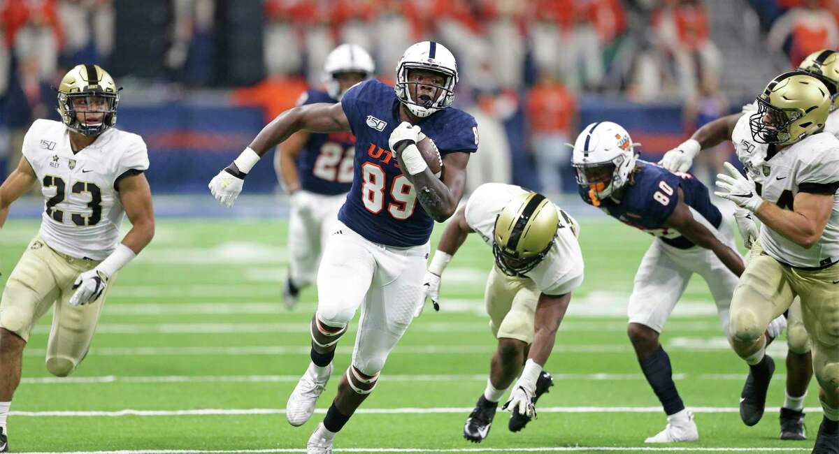 UT tight end Leroy Watson breaks for yardage late in the game as UTSA hosts Army at the Alamodome on Sept. 14, 2019.