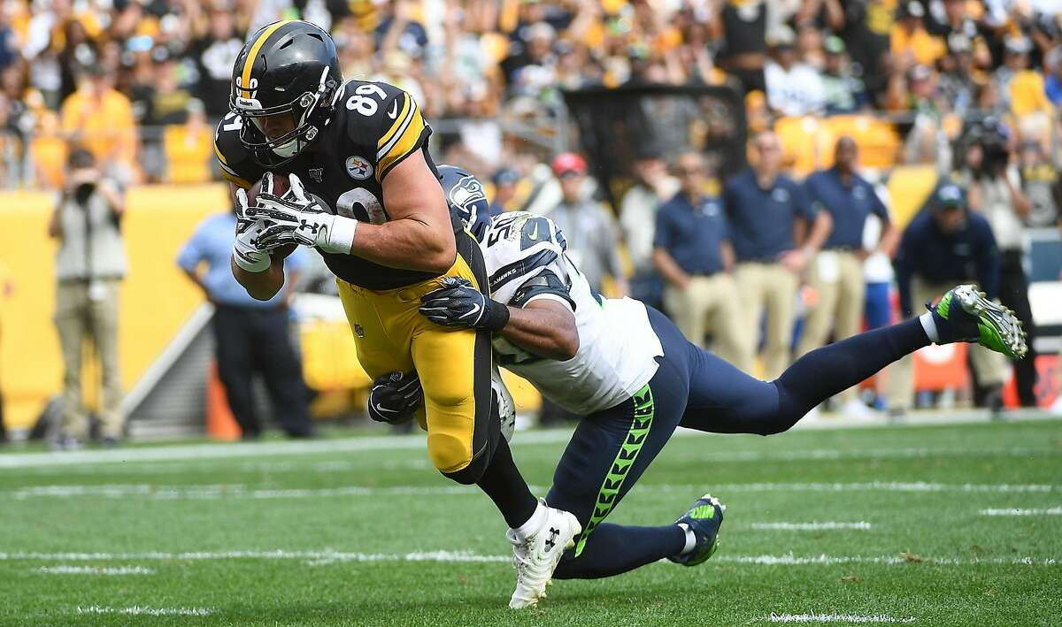 PITTSBURGH, PA - SEPTEMBER 15: Vance McDonald #89 of the Pittsburgh Steelers dives to the end zone for an eight-yard touchdown reception in the third quarter during the game against the Seattle Seahawks at Heinz Field on September 15, 2019 in Pittsburgh, Pennsylvania. (Photo by Justin Berl/Getty Images)